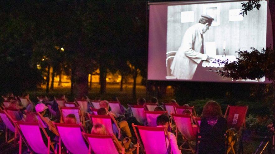 Plenerowe kino nieme w Parku Oborskich