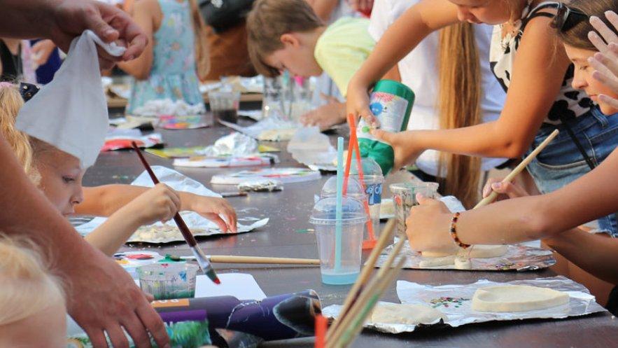 Na zdjęciu uczestnicy warsztatów malarskich SztukaRynki