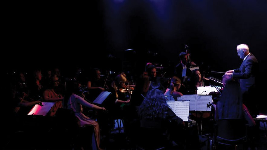 Na zdjęciu Warsaw Impressione Orchestra i dyrygent Krzesimir Dębski