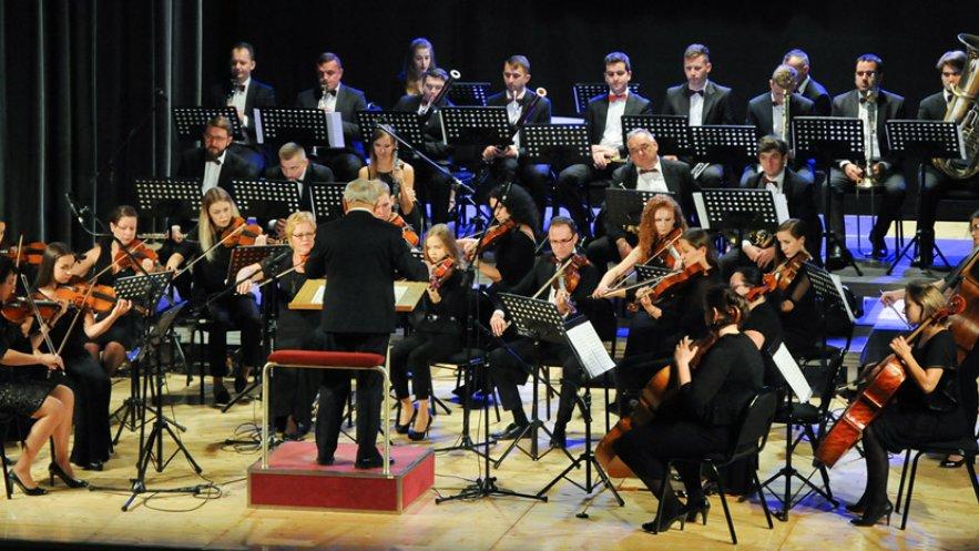 Na zdjęciu Mielecka Orkiestra Symfoniczna wraz z dyrygentem Franciszkiem Wyzgą