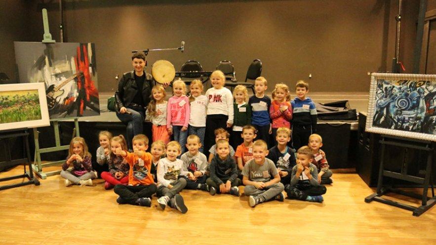 Dzieci z Przedszkola Miejskiego nr 20 w sali nr 1 Domu Kultury SCK w Mielcu w czasie warsztatów w ramach projektu Bardzo Młoda Kultura wraz z Anią Brodą polską wokalistką i kompozytorką.