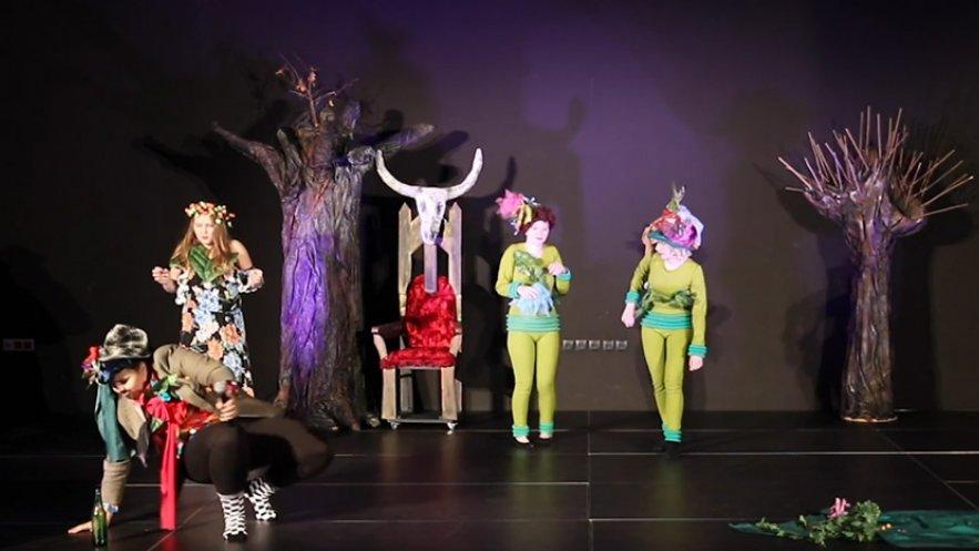 """Kadr z spektaklu """"Balladyna"""" w wykonaniu Grupy Teatralnej ANTRAKT"""